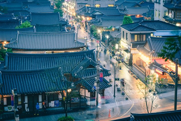 3820143201500087k_A-Rainy-Day-at-a-Hanok-Village-(1).jpg